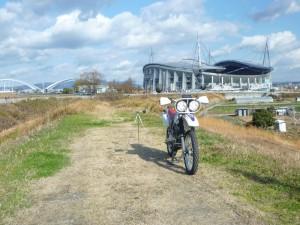 測定場所はいつもここ。矢作川の堤防の上です。うしろに写っているのは豊田スタジアムです。