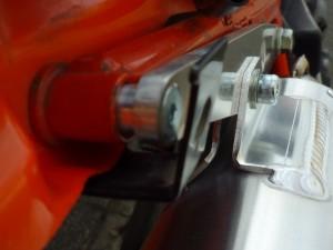 fig6 付属品のM6皿ボルトと13mmカラーでステーの後端を固定します。