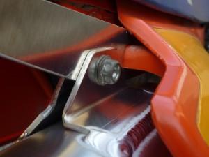 fig9 サイドカバーをアルミステーの穴を通して取り付けます。サイドカバーの裏側のマフラーと近い部分に付属のヒートシールドを貼ります。