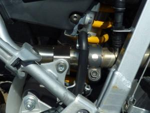 fig3 ステーの内側に付属品のナットを使用してパイプを取り付けます。ガスケットは純正部品(18391-MN5-650)を使用します。