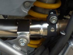 fig3 フレームステーとパイプステーの間にアルミカラーを入れて付属のボルト・ナットで固定します。ガスケットは純正部品(18392-MK4-000)を使用します